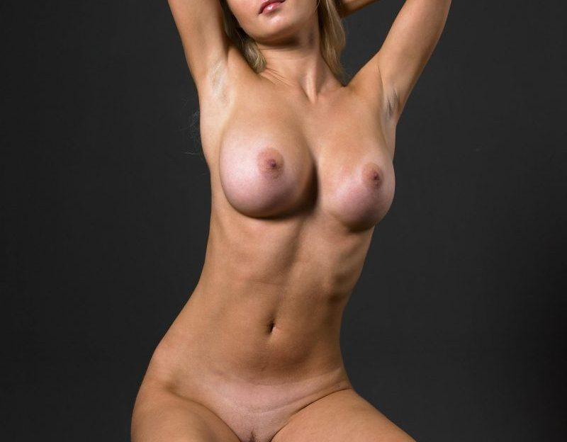 Amateur Camgirl Strippt Live vor der Pussycam